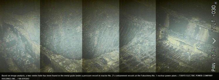 Imagem da câmera que chegou bem próximo a um dos reatores. É possível ver um grande buraco na grade.